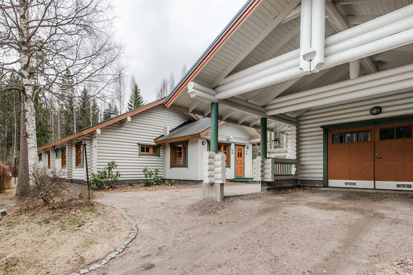 Maison en rondins de bois peints en blanc
