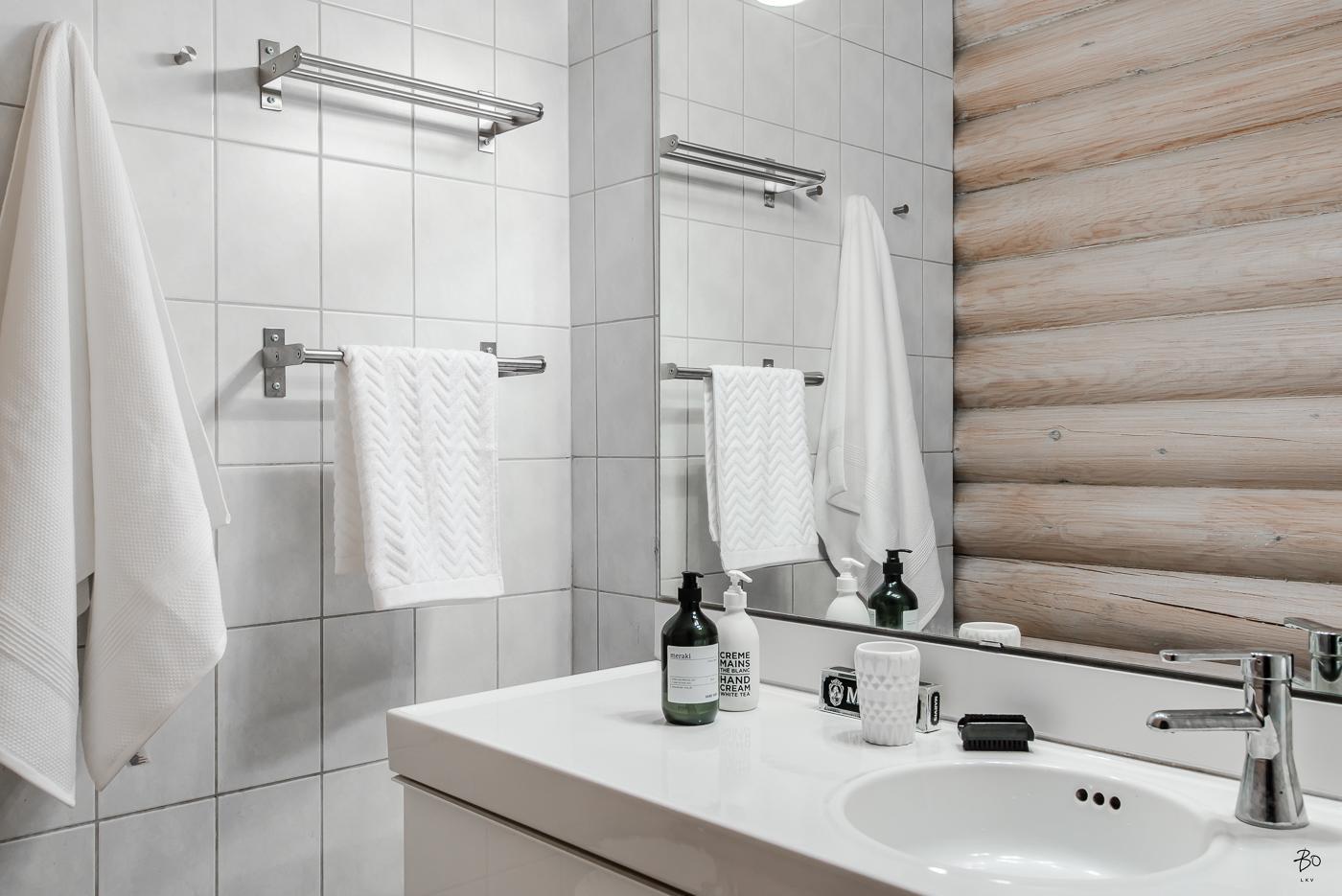 Salle de bain avec murs en bois et carrelage