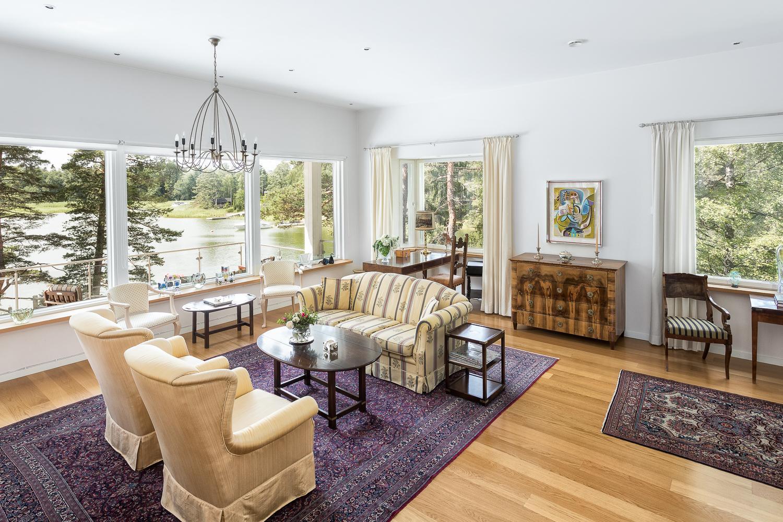 Olohuone kylpee valossa eri suuntiin avautuvien ikkunoiden ansiosta. title=