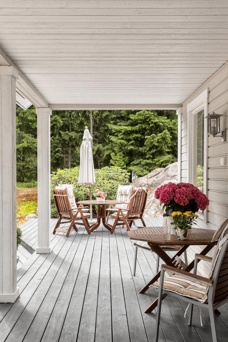 Taloa ympäröi suuret amerikkalaistyyliset terassit. title=