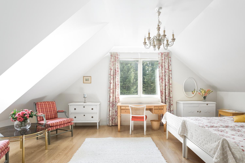 Yläkerrassa on kaksi hyvin suurta makuuhuonetta, joihin vinokatot ja kattoikkunat tuovat ilmettä. title=