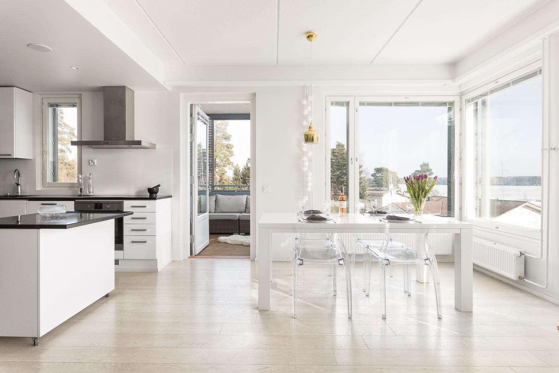 Keitti� sulautuu olohuoneeseen, joka on valoisa ja avara
