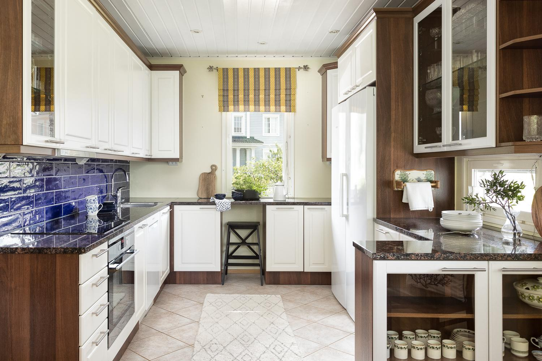 Vuonna 2015 uusittu viihtyisä keittiö, jossa kivitasot ja paljon laskutilaa.