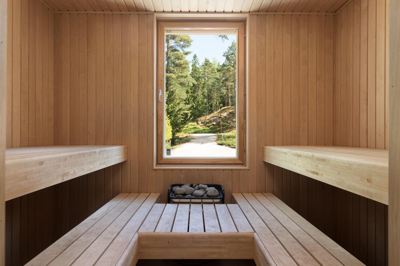 Saunan isosta ikkunasta avautuu viehättävä maisema. title=