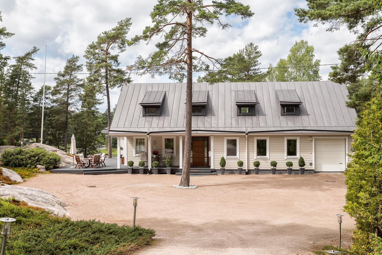 Ruotsalaistyylinen Illar Meikopin suunnittelema erillistalo on luonnon keskellä omassa rauhassaan. title=