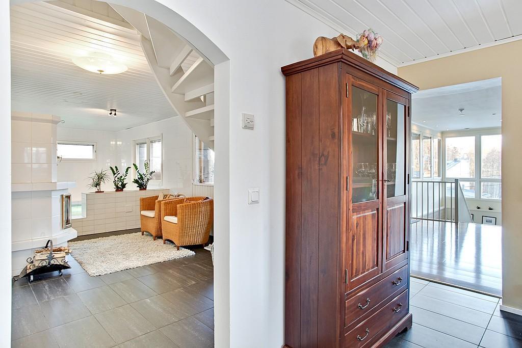 Olohuoneen ja keitti�n tilat jatkuvat harmonisesti valoisalle uima-allasosastolle.