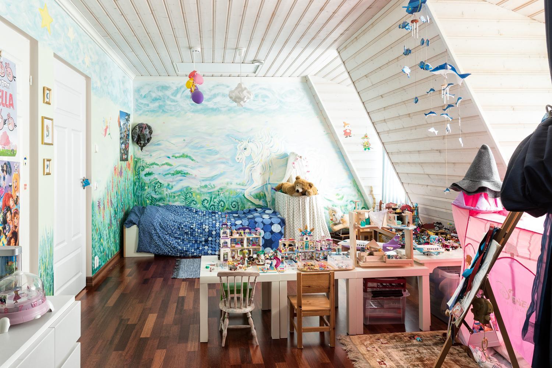 Yläkerran lastenmakuuhuoneet on yhdistetty, mutta myös jaettavissa erillisiksi makuuhuoneiksi. title=
