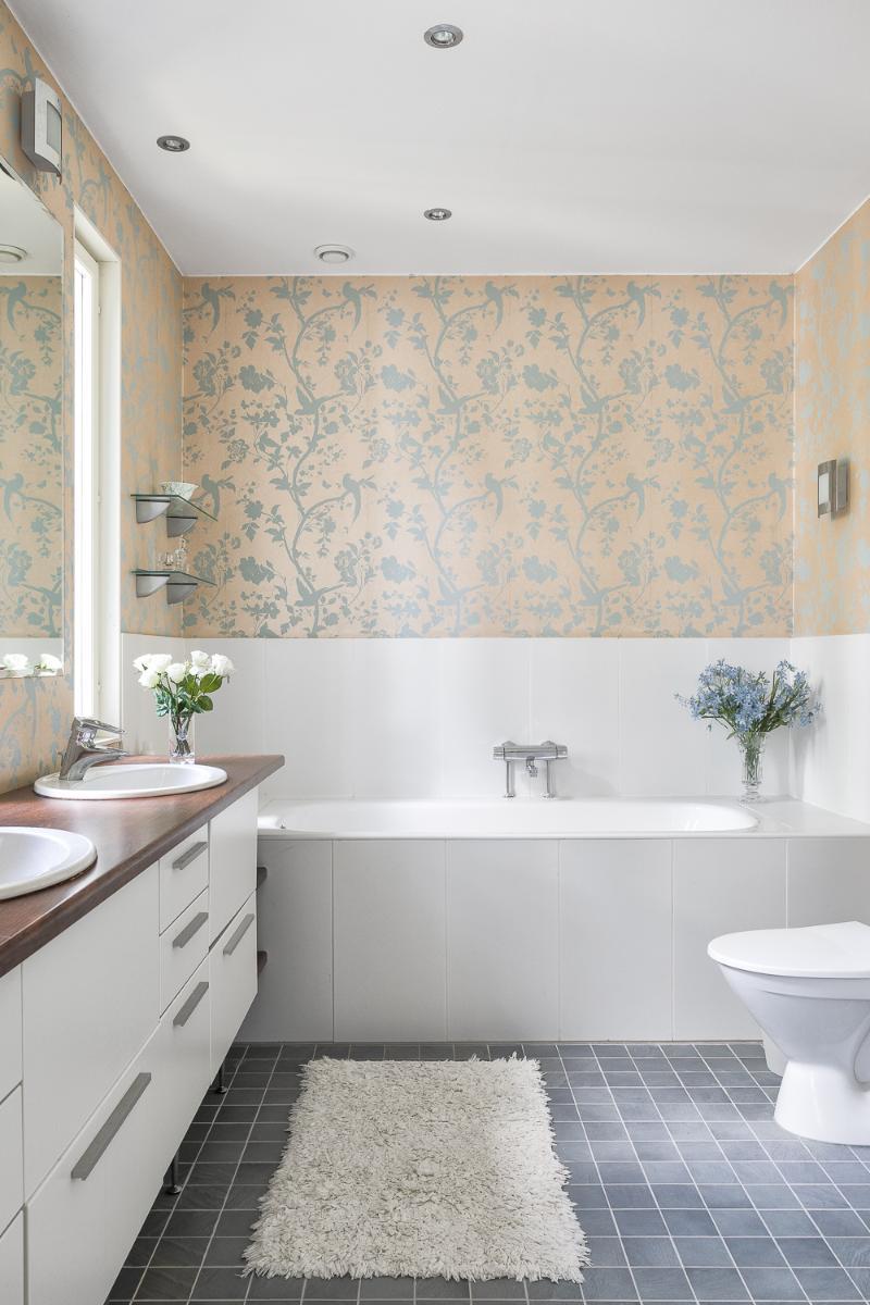 Alakerran päämakuuhuoneen yhteydessö olevasta kylpyhuoneesta on merinäköala. title=