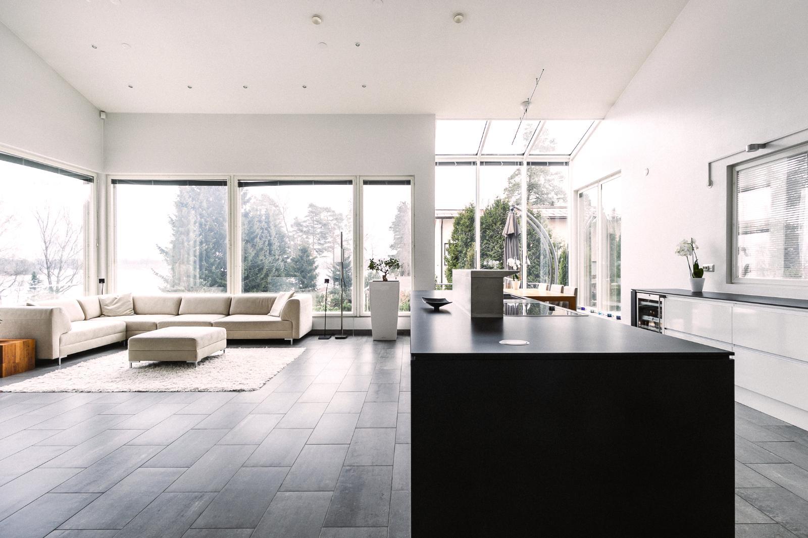 Olohuone,keitti� ja ruokailutila muodostavat yhten�isen seurustelu- ja oleskelutilan.
