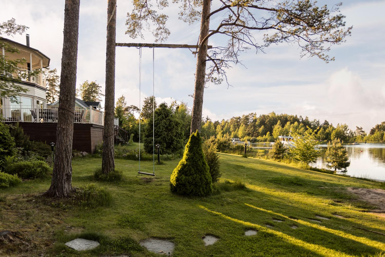 Kauniilla saaristomaisella puutarha- ja nurmipihalla viihtyy koko perhe. title=