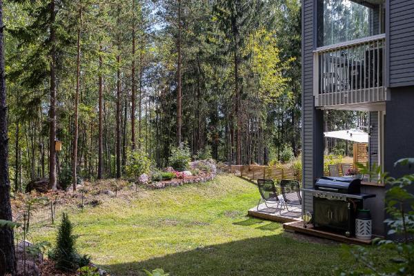 Kulmahuoneiston hulppea metsään rajoittuva piha