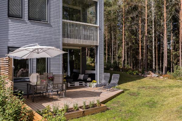 Oma iso terassi ja aidattu metsään rajoittuva piha