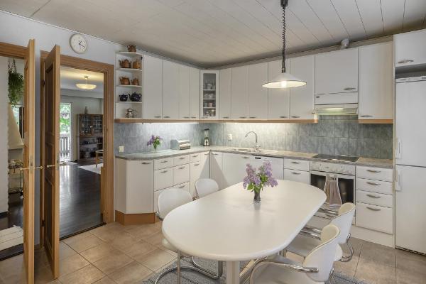Vaaleasävyinen tilava keittiö