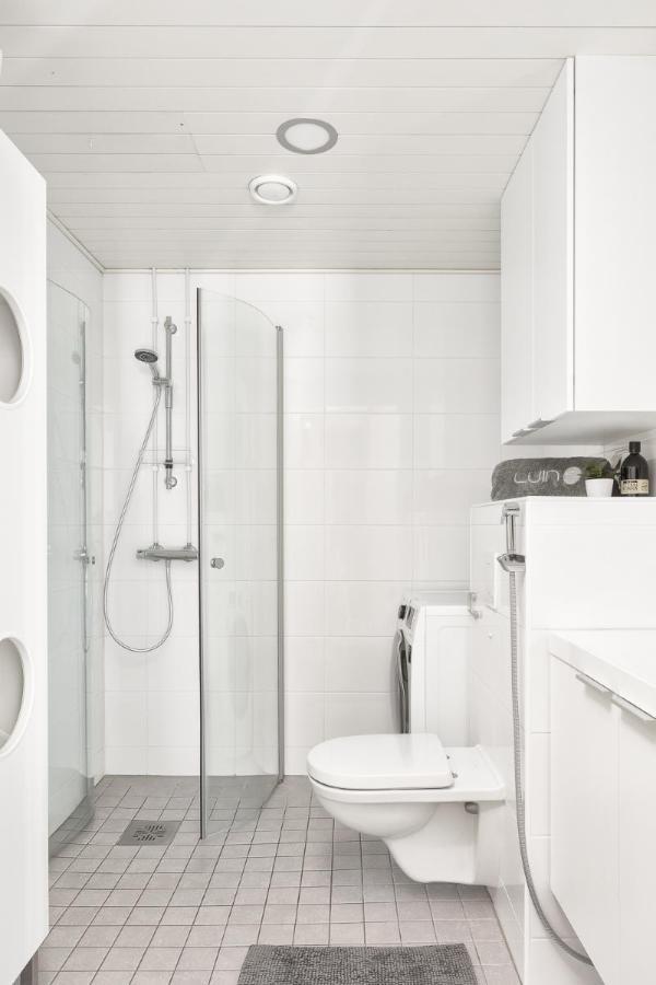 Kylpyhuoneessa suihkuseinät