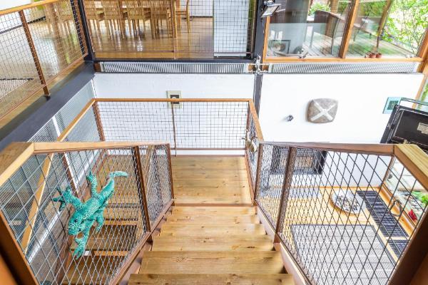 Portaikko johtaa takkahuoneeseen, jossa ikkuna lattiasta kattoon
