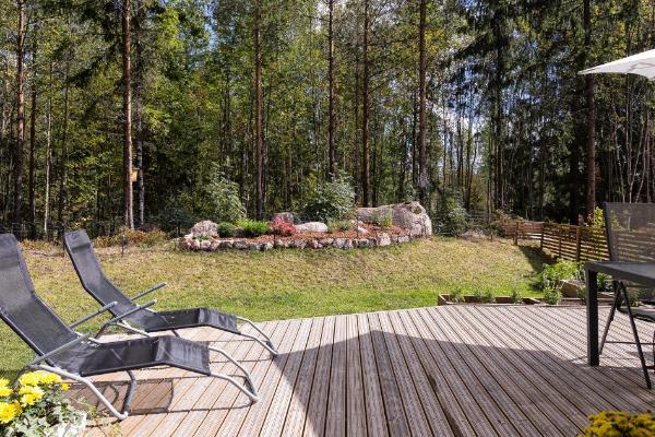 Oma rauhallinen metsään rajoittuva terassi