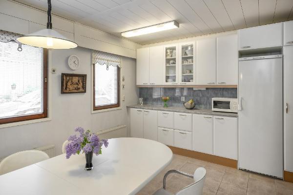 Tilava vaaleasävyinen keittiö