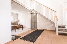 Satularakennuksen olohuone ja portaat parvelle