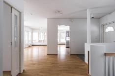 Näkymä eteisaulatilasta olohuoneeseen ja keittiöön