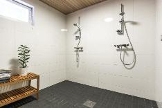 Saunaosaston pesutilassa on suihkut kahdelle.