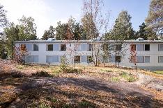 Kaunis luonnonkallio taloyhtiön takapihalla, joka asukkaiden käytössä.