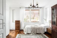 Yläkerran kahdesta isommasta makuuhuoneesta on käynti suurelle katetulle terassille.