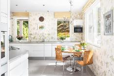 Hurmaavaan, reilun kokoiseen keittiöön mahtuu arkiruokailupöytä.