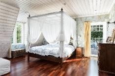 Väljä master bedroom, jonka lounaispäädyssä on parveke.