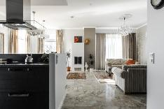 Valoisa olohuone, keittiö ja ruokailutila ovat yhtenäistä tilaa.