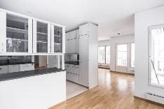 Näkymää ruokailutilasta keittiöön ja olohuoneeseen