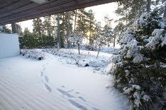 Alakerran terassi ja piha talvella