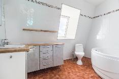 Yläkerran kylpyhuone, jonne on käynti Master bedroomista