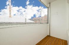 Asunnossa on lasitettu parveke Munkkisaarenkadulle päin.