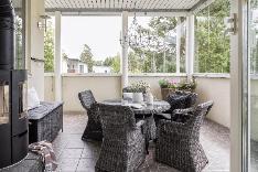Upealla lasitetulla ja katetulla terassilla jatkat kesää pitkälle syksyyn.