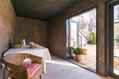 Suojaisaan verantaan voi kattaa kesäisen tarjoilun ja avata pariovet kivetylle pihalle.