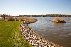 Omaa rantaviivaa n. 40 m, joka on viimeistelty kiveyksin.