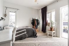 Yläkerran makuuhuoneet ovat tilavia. Tämän makuuhuoneen yhteydessä on terassiparveke.