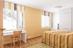 Tästä makuuhuoneesta voi jakaa kaksi erillistä huonetta