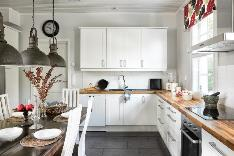 Suuri keittiö, johon mahtuu suurempikin perhe ruokailemaan.