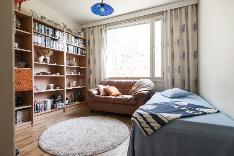 Makuuhuoneet ovat tilavia ja valoisia ison ikkunan ansiosta.