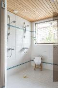 Pesuhuone on väljä ja iso ikkuna avartaa tilaa entisestään.
