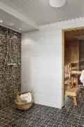Sauna, jossa sekä sähkö- että puukiuas.
