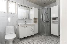 Kylpyhuoneessa tilaa myös pyykkihuollolle