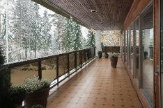 Yläkerran pitkänomainen parveke, jonne on käynti master bedroomista ja olohuoneesta.