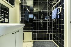 Yläkerran tilava kylpyhuone