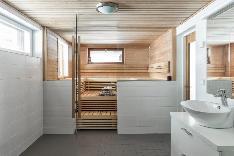 Tilava sauna, jossa on ikkunat merelle