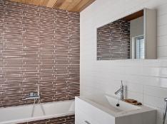 Yläkerran makuuhuoneen yhteydessä ammeellinen kylpyhuone.