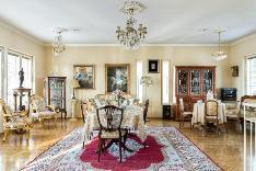 Olohuone, josta voi erottaa myös tarvittaessa yhden huoneen