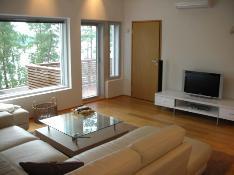 Yläkerran tv/makuuhuone, jonka yhteydessä vaatehuone ja erillinen wc.