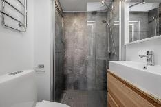 Kylpyhuone on moderni ja tyylikäs